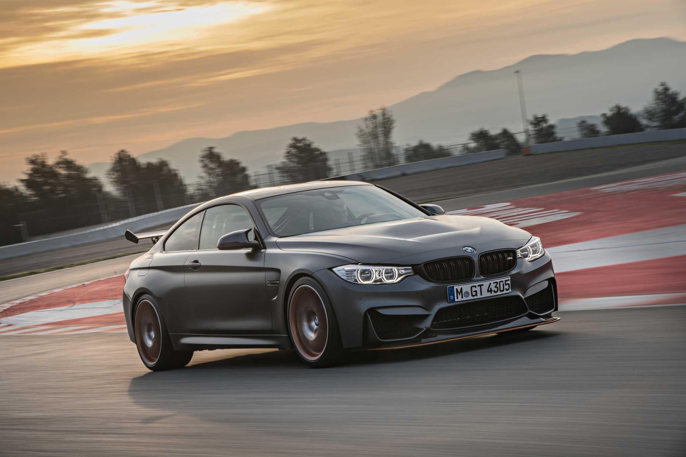 BMW M4 гоночный спорт на треке