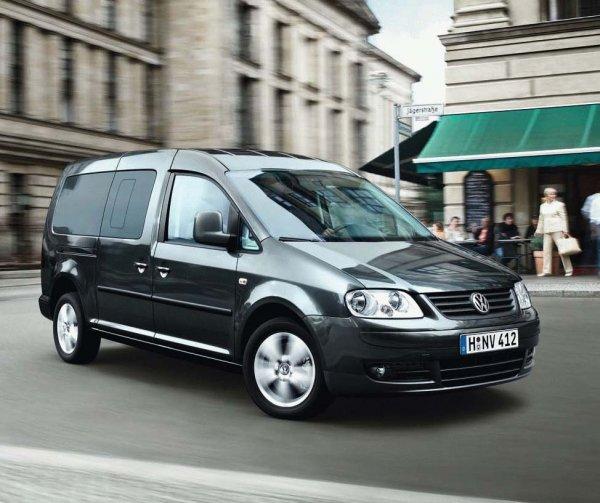 Volkswagen Caddy машина едет по городу