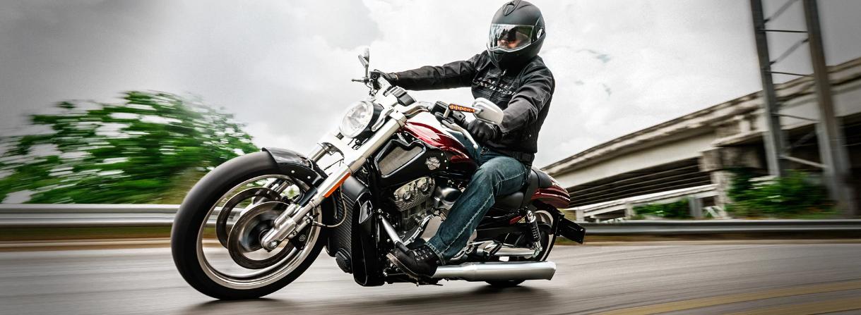 Харлей Дэвидсон мотоциклист едет